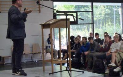 Theaterregisseur Tobias Ginsburg klärte über die Reichsbürger-Bewegung auf
